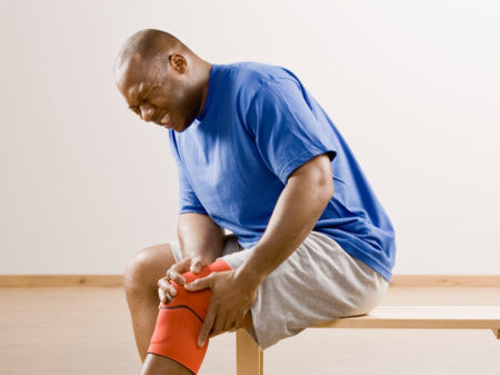 У пожилой женщины болят колени что делать