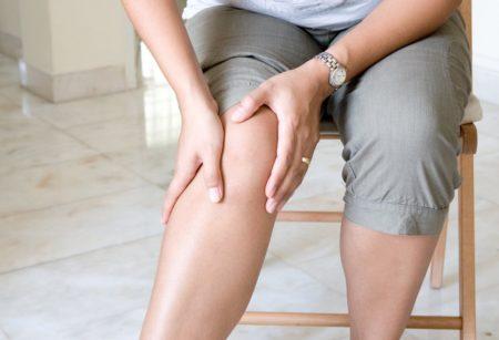 Болят колени локти что это