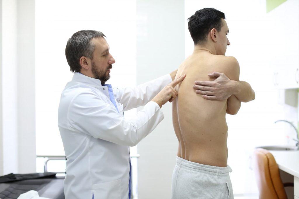 Пациент с грыжей позвоночника на приеме у невропатолога